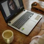 jana skalková u počítače