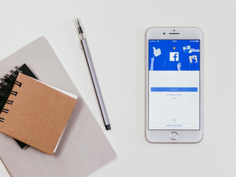 telefon sotevřeným facebookem